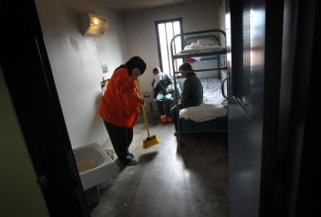 Agentes de ICE obligan a inmigrantes detenidas a «juegos sexuales»