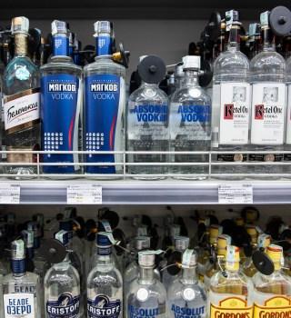 Adolescentes se disfrazan de ancianas con tapabocas para comprar alcohol