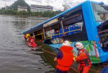 Chofer estrelló autobús deliberadamente en China y mató 21 personas