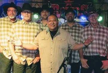 Joe González (centro) con la banda El Dorado - Tejano Nation.