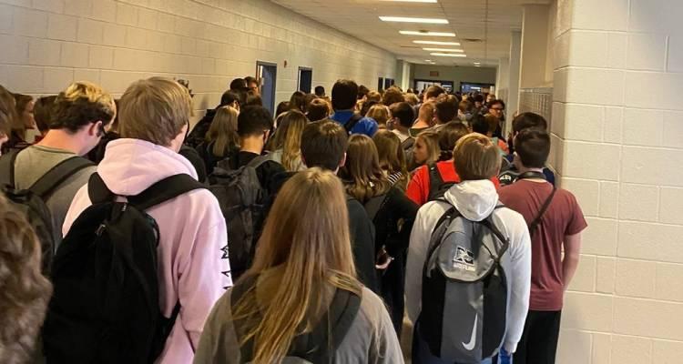 Suspenden a alumnos subir fotos de escuela rompiendo medidas de Covid