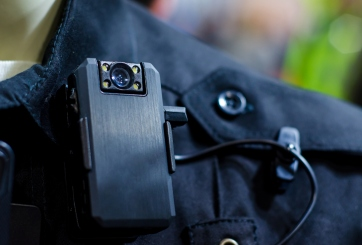 Policía es captado en video manoseando los senos de una mujer muerta