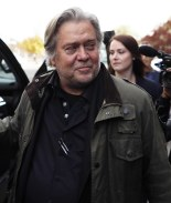 Federales arrestan a Steve Bannon y lo acusan de fraude