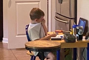 Niño llora de frustración en su clase virtual y la tierna foto es viral