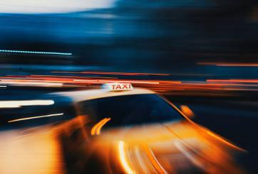 Atacan a conductor de Lyft por barrera plástica que ayuda a evitar COVID