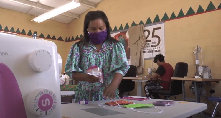 Mujeres tarahumaras venden tapabocas para sobrevivir a la pandemia