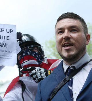 Supremacistas blancos cometen la mayoría de ataques racistas violentos