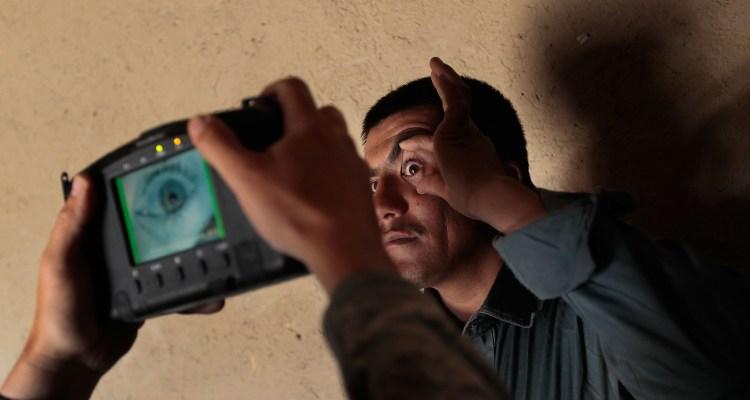 Gobierno planea escanear el iris y voz de inmigrantes con beneficios