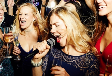 30 casos de Covid-19 vinculados a bar de karaoke en Canadá