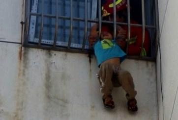 VIDEO: Rescatan a niño que quedó colgando desde un quinto piso