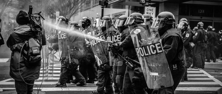 Polémica ante propuestas de DeSantis para penalizar a manifestantes