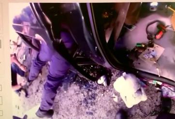VIDEO: Oficial rescata a niña atrapada en auto tras aparatoso choque