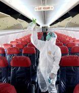 Mujer de Texas muere de COVID-19 en un vuelo informan autoridades