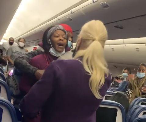 VIDEO: Golpea en la cara a azafata en vuelo tras discusión por máscara