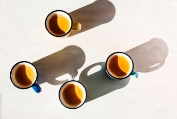 Advierten riesgos de tomar café antes del desayuno y después dormir mal