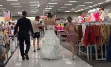 Irrumpió en el trabajo de su novio vestida de blanco, con dama y un cura