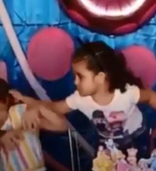 VIRAL: Niñas protagonizan épica pelea frente a pastel de cumpleaños