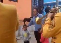 VIDEO: Niño pagó con un centavo y canicas para llevar serenata a su mamá
