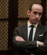 Stephen Miller, artífice de política migratoria de Trump, con Covid