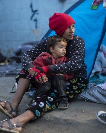 Padres migrantes detenidos enfrentan cruel decisión sobre sus hijos