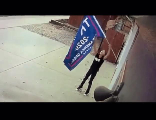 Menor se roba bandera de Donald Trump en Greeley