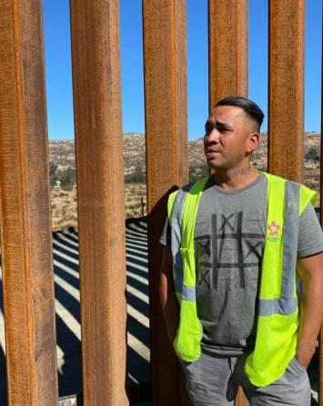 VIDEO: Agente fronterizo atraviesa el muro de Trump para comprar tamales
