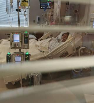 Paseña suplica a doctores no desconectar a su madre con COVID-19