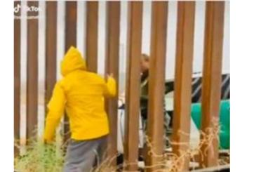 Agente de patrulla fronteriza compra tamales en medio del muro