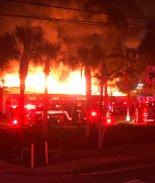 Voraz incendio consumió centro comercial en Daytona Beach