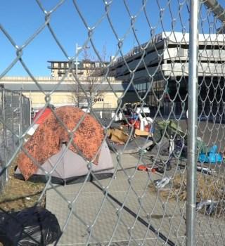 Alcalde de Aurora suspende propuesta que prohíbe campamentos para desamparados