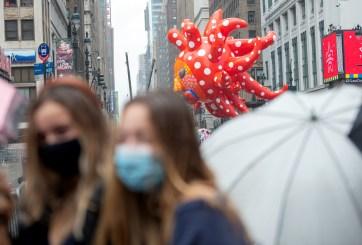 Hay desfile de Thanksgiving, millones viajan y los CDC proyectan 321 mil muertes