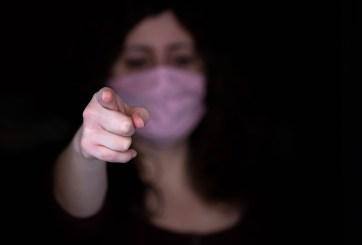 VIDEO: Jóvenes golpean a anciana por pedirles que usaran cubrebocas