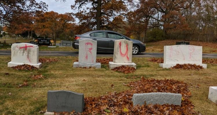 Profanan cementerio judío en Michigan con mensajes a favor de Trump