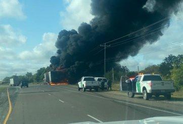 Autoridades en la escena de remolque en llamas al sur de US 281