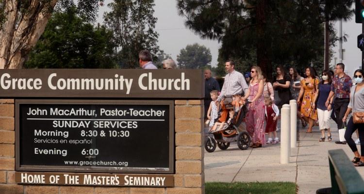 """""""No hay pandemia"""", dijo pastor de LA al burlarse de las órdenes de salud"""