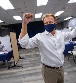 FOTO: Venció el cáncer y llevó al éxito la vacuna de Pfizer contra COVID