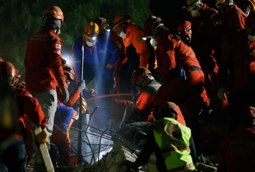 Rescatan a niña de 3 años que pasó 65 horas bajo escombros en Turquía