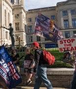 Los partidarios de Trump continúan las protestas electorales en la Casa del Estado de Georgia
