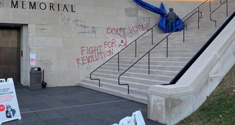 Este fue el mensaje pintado con aerosol rojo en museo de Missouri