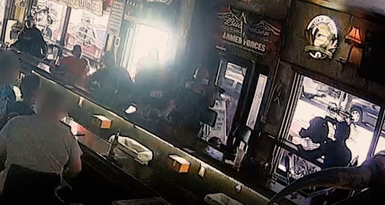 (VÍDEO) Abatido hombre que amenazó con disparar a clientes de un bar