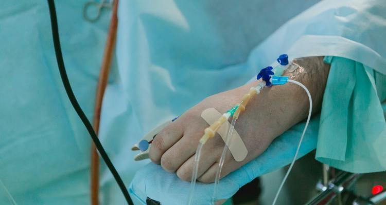 Expertos médicos alertan sobre ola de contagios COVID-19 en Florida