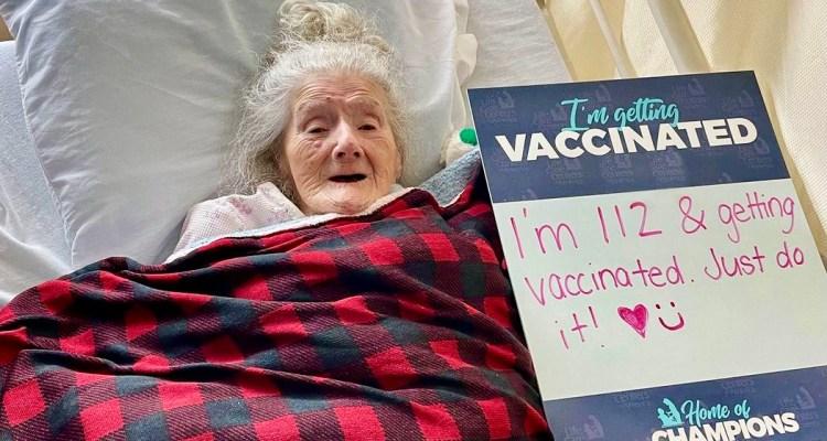 Residente con mayor edad en Massachusetts recibe vacuna contra Covid