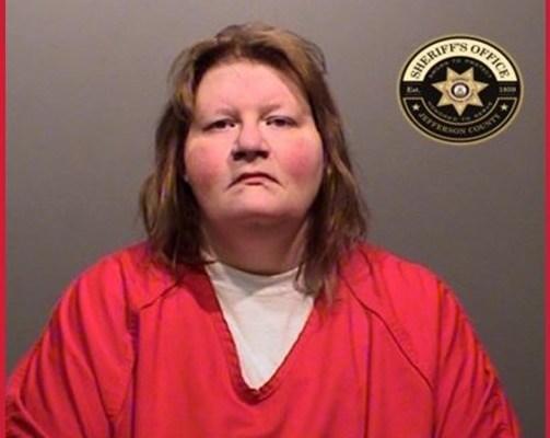 Mujer es arrestada por intento de asesinato e iniciar un incendio en una vivienda