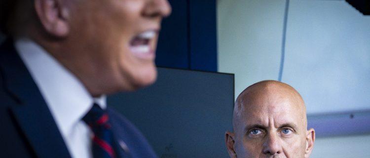 Trump amenaza con despedir al jefe de FDA si no aprueba vacuna de Covid