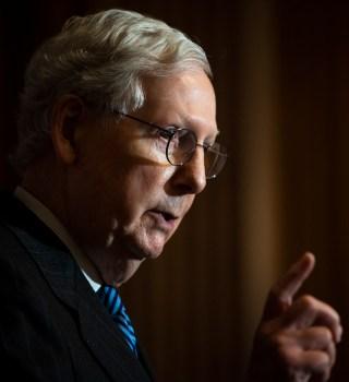 Mitch McConnell «envenena» los cheques de estímulo de $2,000