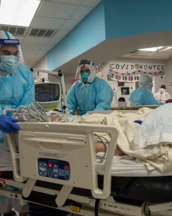 Hospitalizaciones récord forzarían a decidir qué pacientes pueden salvarse y cuáles no
