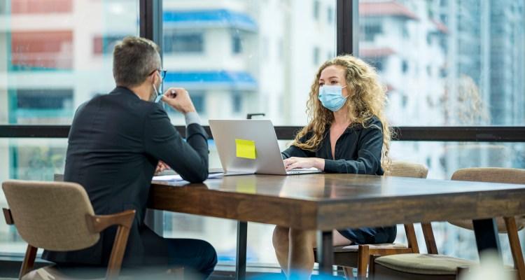 Persona que fue a trabajar enferma causó 2 brotes de Covid en OR