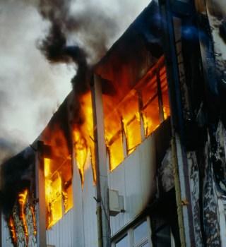 Niños y mujer embarazada se arrojan de edificio durante incendio en GA