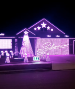 Pareja de Texas honra a Selena con show de luces de navidad en su casa