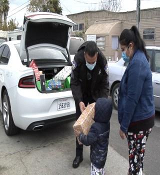 Sargento de Salinas distribuye regalos a niños del este de la ciudad